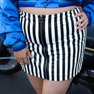 B&W stripped mini skirt, size 1X!
